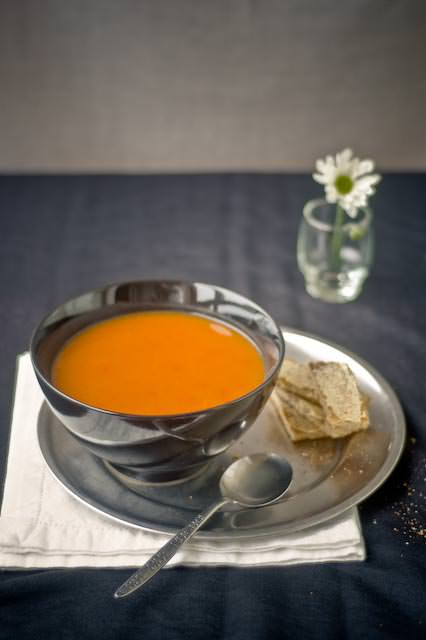 tomato and capsicum soup with buttered toasts