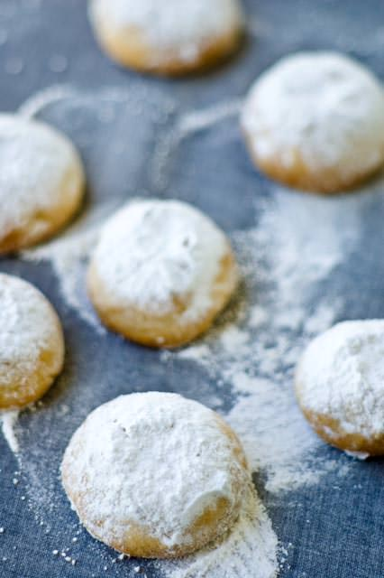 Greek almond shotrbread with icing sugar